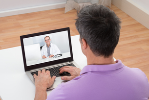 Man Having Video Chat With Doctorの写真素材 [FYI00646593]
