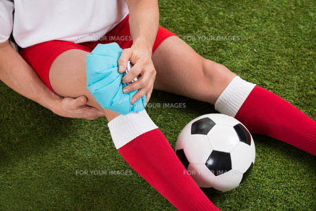Soccer Player Icing Knee With Ice Packの写真素材 [FYI00646598]