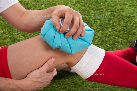 Soccer Player Icing Knee With Ice Packの写真素材 [FYI00646600]