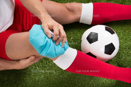 Soccer Player Icing Knee With Ice Packの写真素材 [FYI00646602]