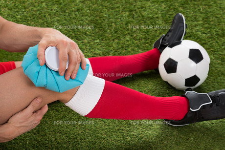 Soccer Player Icing Knee With Ice Packの写真素材 [FYI00646604]