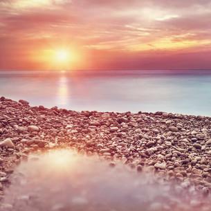 Beautiful beach landscape on sunsetの写真素材 [FYI00646620]