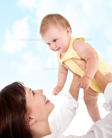 Happy mother plays with babyの写真素材 [FYI00646629]