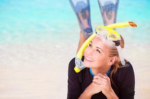 Happy tourist girl snorkelingの素材 [FYI00646631]