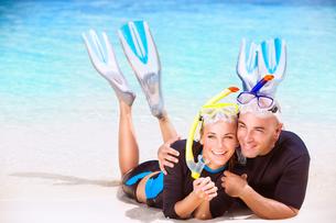 Happy couple enjoys beach activitiesの素材 [FYI00646632]