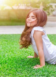 Little girl doing push-ups outdoorsの写真素材 [FYI00646637]