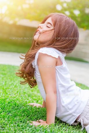 Little girl meditating outdoorsの写真素材 [FYI00646640]