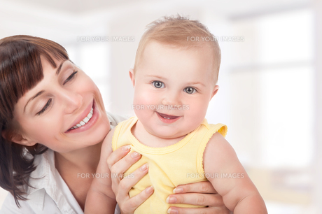 Happy mother with babyの写真素材 [FYI00646647]
