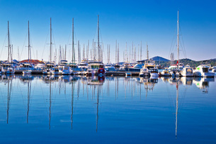Sailboats and yachts in harbor reflections viewの写真素材 [FYI00646650]