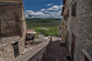 view from the village on the plateau and the fields of castelluccio di norcia - umbria - italyの写真素材 [FYI00646674]