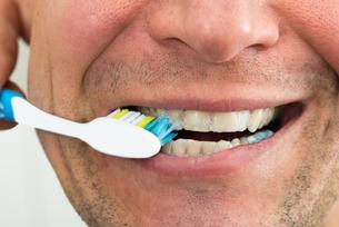 Man Brushing Teethの写真素材 [FYI00646681]