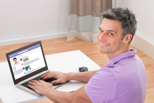 Man Chatting On Social Networking Websiteの写真素材 [FYI00646682]