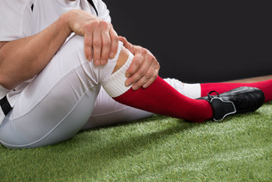 American Football Player With Injury In Legの写真素材 [FYI00646684]