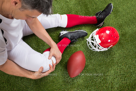 American Football Player With Injury In Legの写真素材 [FYI00646687]