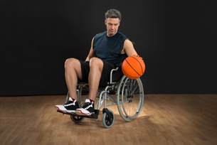 Disabled Basketball Player Throwing Ballの写真素材 [FYI00646693]