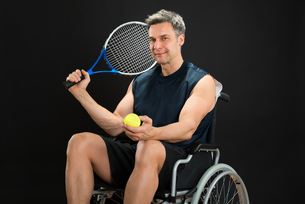 Disabled Man Holding Racket And Ballの写真素材 [FYI00646695]