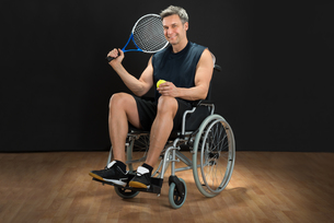 Disabled Man Holding Racket And Ballの写真素材 [FYI00646696]
