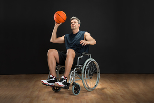 Disabled Basketball Player Throwing Ballの写真素材 [FYI00646697]