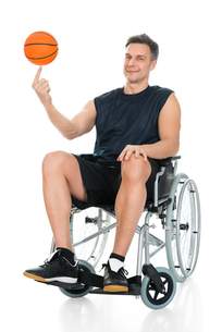 Disabled Basketball Player Spinning Ballの写真素材 [FYI00646709]
