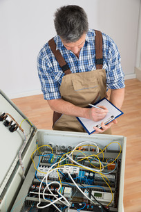 Electrician Looking At Fuse Boxの写真素材 [FYI00646720]
