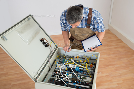 Electrician Looking At Fuse Boxの写真素材 [FYI00646722]