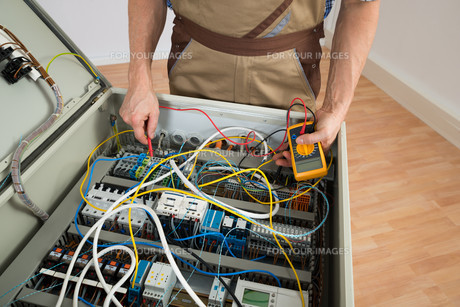 Electrician Checking A Fuse Boxの写真素材 [FYI00646723]