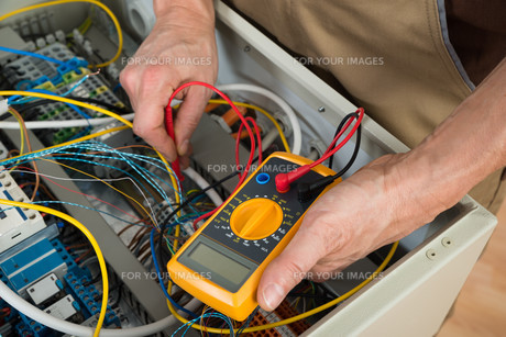 Electrician Checking A Fuse Boxの写真素材 [FYI00646724]