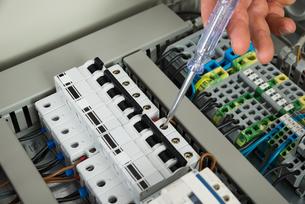 Technician Repairing Fuseboxの素材 [FYI00646727]