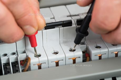 Technician Checking Fuseの写真素材 [FYI00646728]