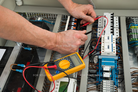 Electrician Checking A Fuse Boxの写真素材 [FYI00646730]