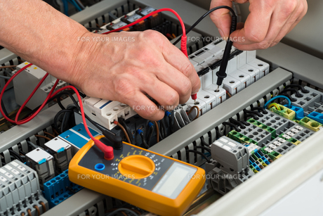 Electrician Checking Fuseの写真素材 [FYI00646731]