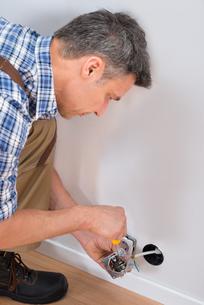 Male Technician Fixing Socketの写真素材 [FYI00646741]