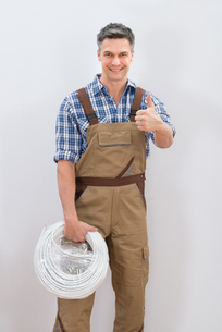 Technician Holding Cableの写真素材 [FYI00646745]