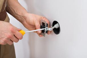 Male Technician Fixing Socketの写真素材 [FYI00646746]