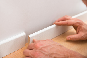 Person Applying Skirting On Wallの写真素材 [FYI00646750]
