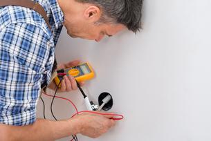 Technician Checking Socketの写真素材 [FYI00646752]
