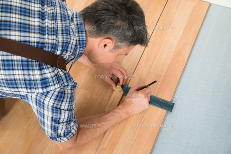 Worker Drawing A Mark On Laminate Using Rulerの写真素材 [FYI00646781]