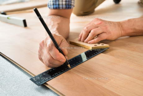 Worker Drawing A Mark On Laminateの写真素材 [FYI00646793]