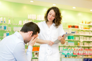 Attractive pharmacist comfort a customer sufferingの素材 [FYI00646854]
