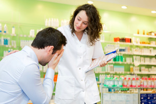 Attractive pharmacist comfort a customer sufferingの素材 [FYI00646855]