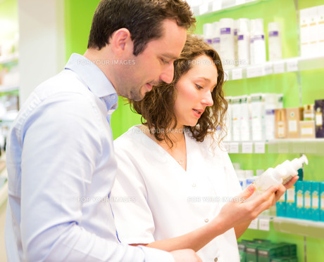 Attractive pharmacist advising a patientの素材 [FYI00646861]
