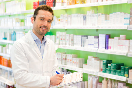 Attractive pharmacist taking notes at workの素材 [FYI00646879]