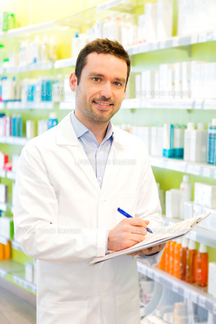 Attractive pharmacist taking notes at workの素材 [FYI00646881]