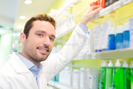 Attractive pharmacist clean the store upの素材 [FYI00646882]