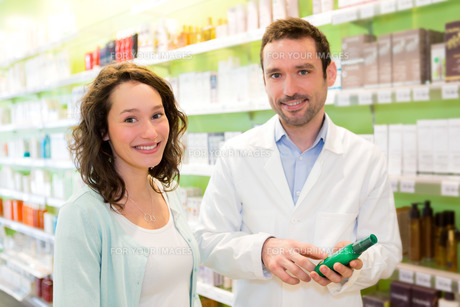 Attractive pharmacist advising a patientの素材 [FYI00646884]