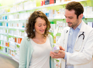 Attractive pharmacist advising a patientの素材 [FYI00646889]