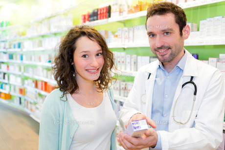 Attractive pharmacist advising a patientの素材 [FYI00646891]