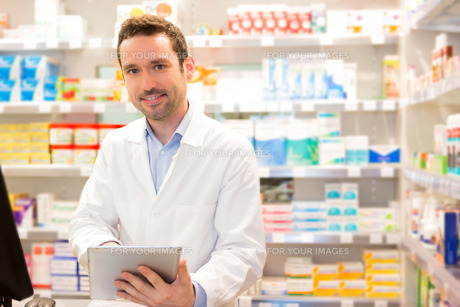 Portrait of an attractive pharmacist at workの素材 [FYI00646892]