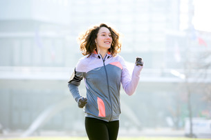 Young attractive woman running at the parkの写真素材 [FYI00646957]