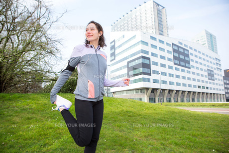 Young attractive woman stretching after a running sessionの写真素材 [FYI00646985]